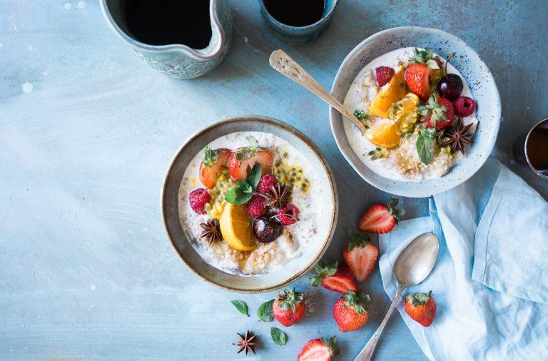 Dve misky s raňajkami
