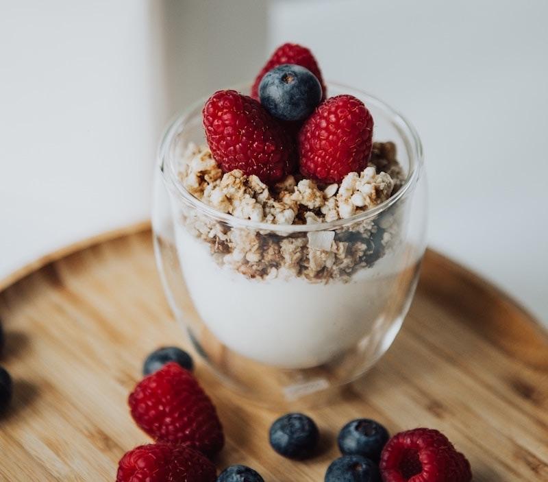 Grécky jogurt s ovocím a cereáliami